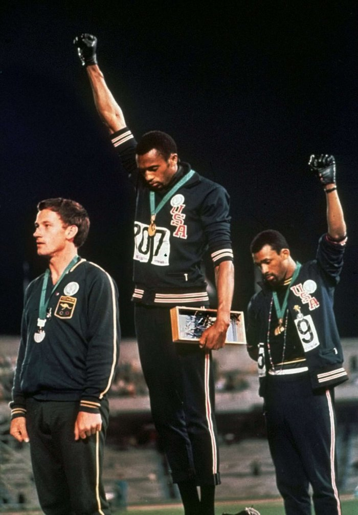 Smith et Carlos lèvent le poing aux JO de Mexico, tout le monde connait cette image ... oui mais qui est le blanc qui les accompagne ?