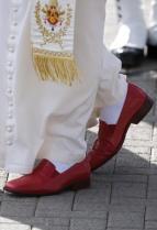 Les mules rouges de sa Sainteté le pape Benoit XVI