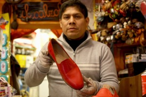 Antonio Arellano, chausseur officiel du pape, présente les mules rouges