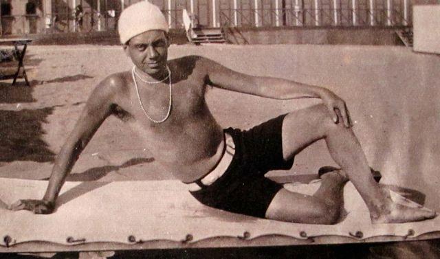 Cole Porter avec le bonnet de Gerald et les perles de Sara Murphy en 1923