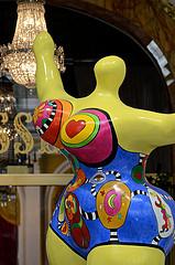 La Nana jaune de Niki de Saint Phalle dans le salon royal du Negresco