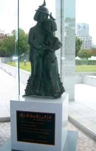 Le bonheur et la paix, sculpture de Geneviève Labrousse d'après Peynet, bronze d',60 m à Hiroshima depuis 1988