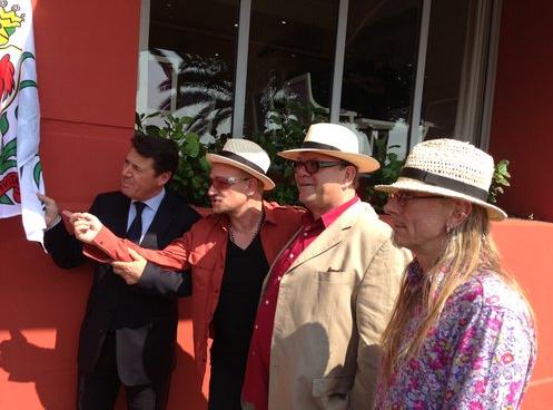 De gauche à droite : Christian Estrosi, maire de Nice, Bono, Paul McGuiness (manager de UZ) et Guggi, artiste et ami d'enfance de Bono). Photo Philippe Dupuy pour Nice Matin