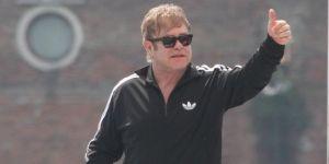 Elton John après son opération.