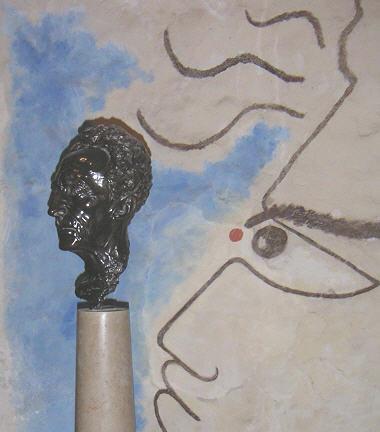 Buste de Cocteau dans la chapelle des simples de Milly où il est enterré.