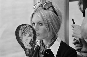 1969 dans le « Mistral », prestigieux train express qui assure la liaison Paris-Nice, B.B. vérifie son maquillage et sa coiffure avant de tourner une scène de son nouveau film, « Les femmes », réalisé par Jean Aurel