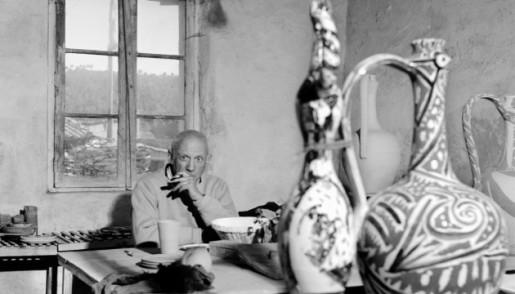 Picasso pose avec ses poteries, en avril 1949 dans l'atelier Madoura de la cité des potiers de Vallauris. Il a produit pas moins de 2000 pièces en quelques mois