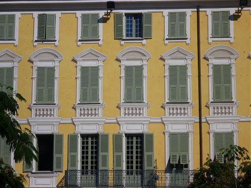 Façade avec trompe-l'oeil de la place Garibaldi à Nice