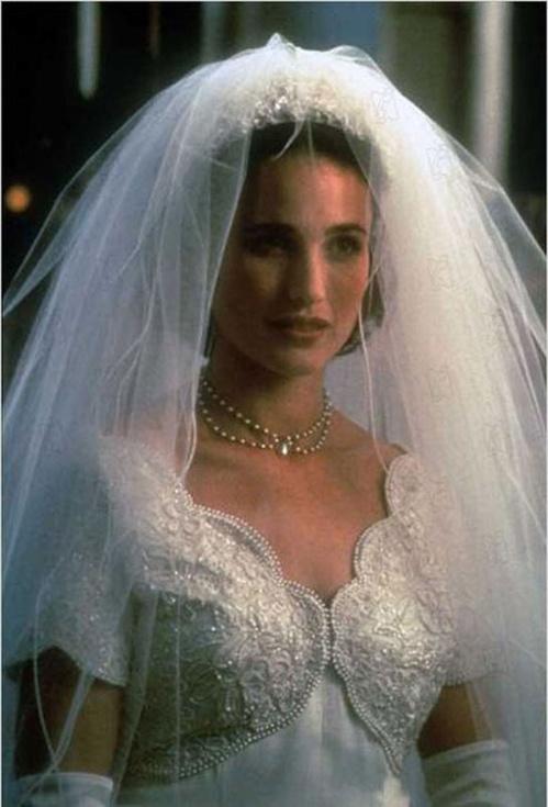 1994 - Andie MacDowell dans Quatre mariages et un enterrement de Mike Newell