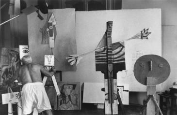Picasso dans une chambre de la Villa Californie en 1957. Photo David Douglas Duncan.