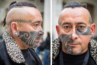 Chimé Tatau, le tatoueur polynésien porte sur le visage un encrage réalisé par un artiste traditionnel de Moorea, Laurent Purotu. Sur le corps, il porte d'autres tatouages signés par le célèbre Tin-Tin (Paris) et Philippe Leu (Suisse)... entre autres.