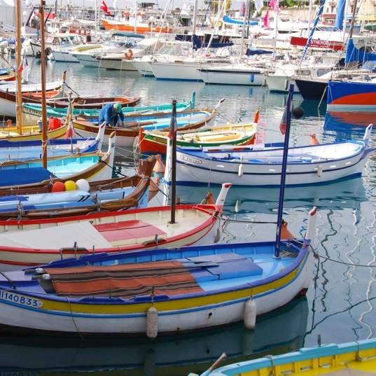 Les jolis bateaux du port tout près des gros monstres de Corsica Ferry