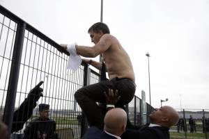 Le directeur des ressources humaines d'Air France Xavier Broseta cherche à s'échapper devant la violence des manifestants, le 5 octobre 2015