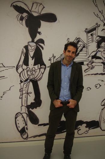 Jul, le nouveau scénariste de la série Lucky Luke, pose à côté de son héros de papier au festival d'Angoulême
