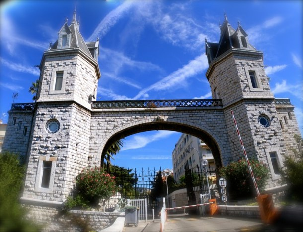 En 1881, Marcel Biasini édifie un monumental portail d'entrée flanqué de tours jumelles, situé à l'est du domaine, avenue prince de Galles à Cimiez.