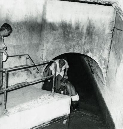 Un tunnel creusé dans les égouts a permis à Spaggiari et à ses complices de perpétrer le célèbre casse de la Société générale, à Nice. Rue des Archives/Tal En savoir plus sur http://www.lemonde.fr/m-actu/article/2015/04/17/les-diamants-de-londres-cet-autre-casse-du-siecle_4616560_4497186.html#CRtJy4spISO9d4Rb.99