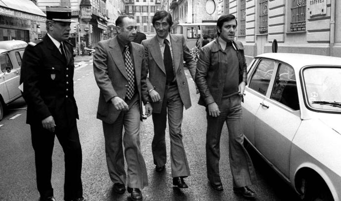 Le 19 juillet 1976, la Société Générale de Nice subit une perte énorme de 50 millions de francs (29 millions d'euros). En cause, le gang des égoûtiers qui, en passant par les sous-sols réussit à fracturer 371 coffres et à s'emparer des billets. Albert Spaggiari, entouré de policiers et de son avocat Maître Peyrat, arrive le 30 octobre 1976 à la Société Générale de Nice, lieu du hold up dont il est le cerveau, pour un transport de justice demandé par le juge d'instruction Richard Bouazis.