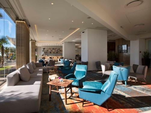 Superbes fauteuils very blu du lobby !