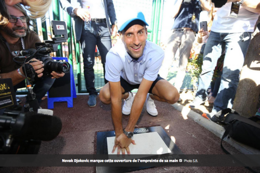 Novak Djokovic joue le jeu (set et match) avec gentillesse comme d'habitude. (Photo Nice Matin).
